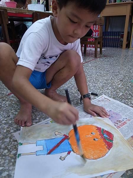 活潑好動的大武孩子,畫起畫來用繽紛的色彩,展現部落活力。