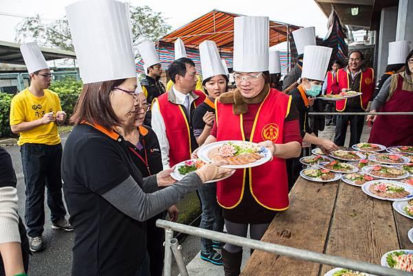 同工為住民們服務端菜,熱鬧又溫馨