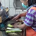切菜煮飯,幫忙備餐是居服員工作項目之一。