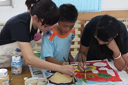 來到花蓮水璉教會,張雅錦在課堂上給予部落孩子指點。