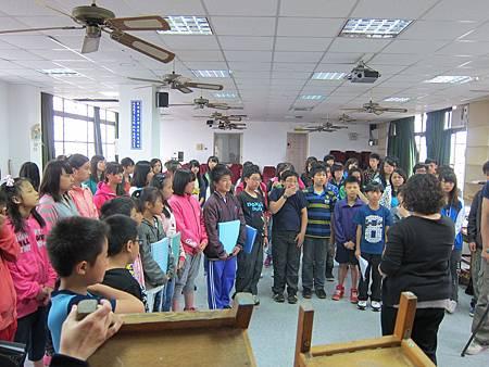 孩子們為著即將到來的演出,屏氣凝神專注練習