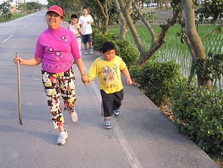 IMG_1912-路跑跑不動時,媽媽陪他一起慢慢走,稍適休息。