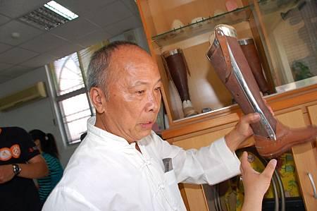 李錫盛展示自己舊義肢。