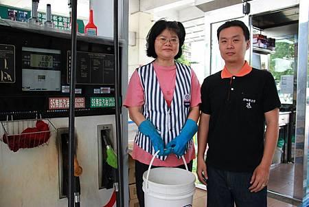 圖3_秀燕(左)感謝伊甸就業服務員林志善(右)助她找到合適工作