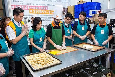 阿英代表伊甸烘焙咖啡屋,示範牛軋餅製作