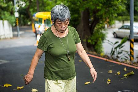 20130827-37-黃媽媽中風後雖然行走不便,仍固定散步。