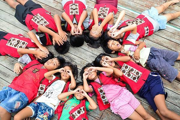 孩子們身穿美麗的傳統服飾,唱著歌謠開心地笑成一片。