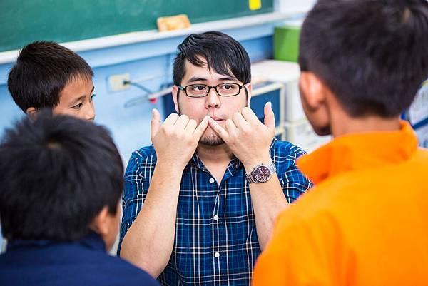 孩子們把握機會向葉孝恩學習人聲打擊技巧。