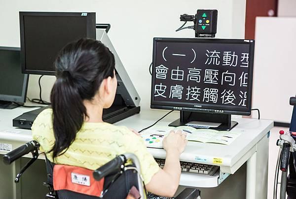 20120822-20-擴視機方便弱視者進行閱讀。