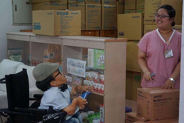 彥儒與同事相處愉快。