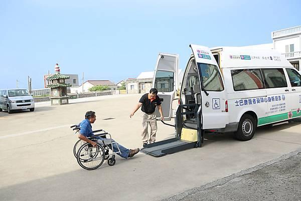 輪以使用者正要坐上伊甸復康巴士