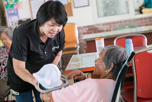 在長照機構照顧老人,陪伴每個晚年時光。