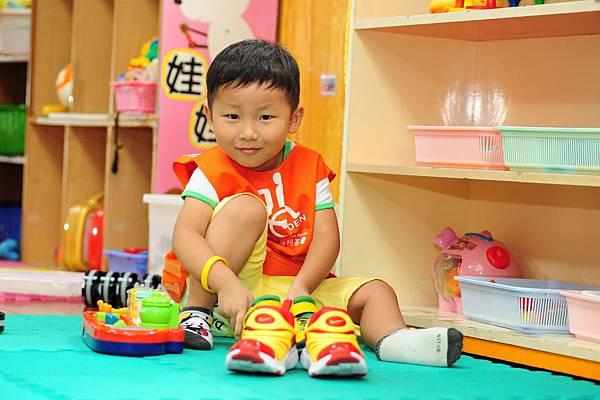 自閉兒YOYO正在學習生活自理。