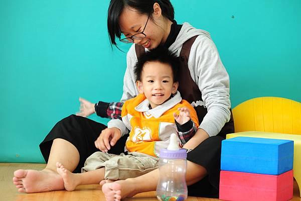P13圖說--閔閔喜愛聲光教具,因為視覺刺激能獲取他的注意力,進而刺激感官、學習認知。.JPG
