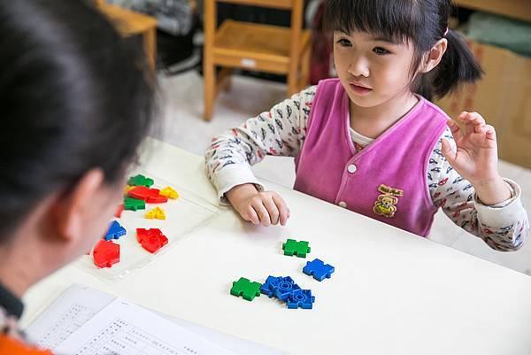 P10-11-主圖:瑄瑄正在上認知課程,她的專注力大大提升,是個很棒的進步指標。.jpg