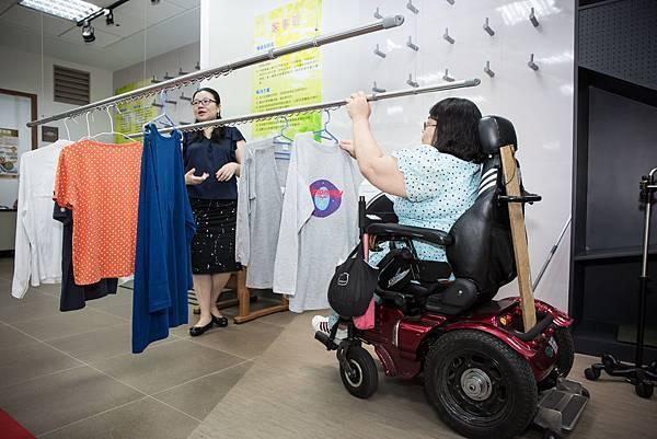 電動拉桿設計,輪椅使用者曬衣不再苦惱。