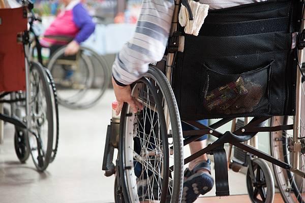 身障朋友移動需要輪椅,幫忙代步。