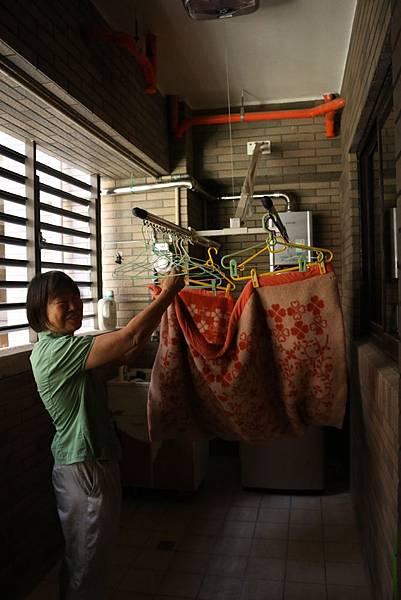 陽台的電動伸縮曬衣拉桿,方便拿取。