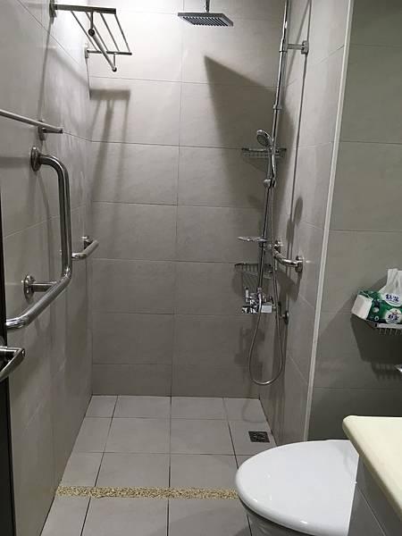 移除浴室地面高低差,平整好使用。