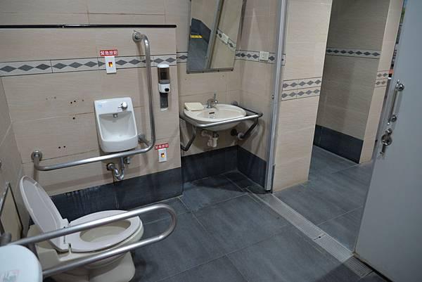 無障礙廁所加裝扶手,方便起身。