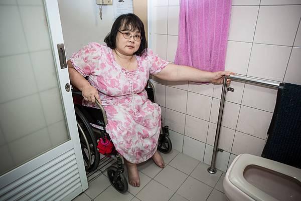衛浴間加裝扶手,有支撐物才不致摔倒。
