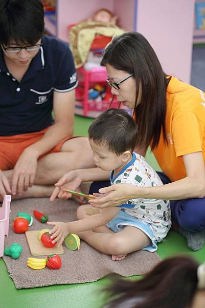 圖說:鄭淑翠老師教孩子如何用力、握玩具刀。