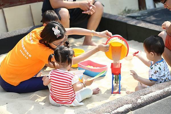 圖說:在沙坑玩沙,孩子玩得不亦樂乎。