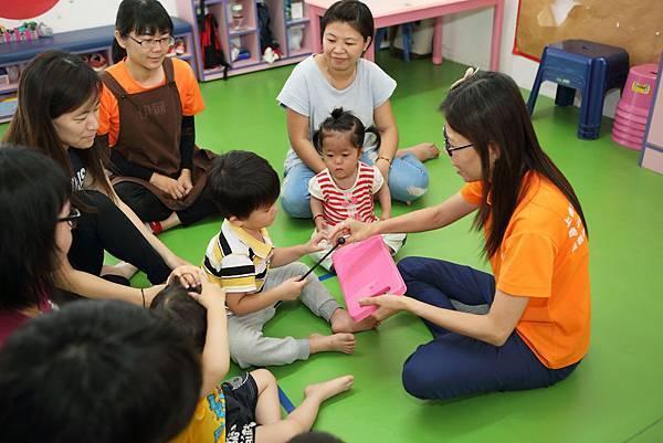圖說:拿出彩色洗衣板的教具,讓孩子試著刷奏出聲音。