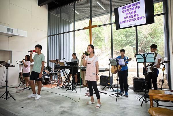 圖說:孩子們正在為下午的敬拜活動排演