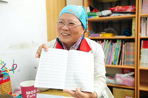 圖說:李惠蘭修女拿出孩子們的作業練習簿,工整的字跡驚艷大家。