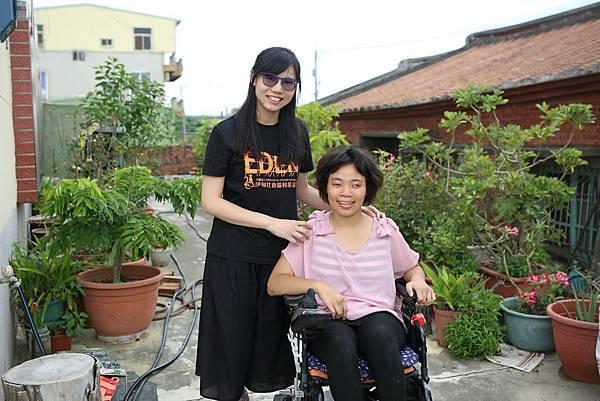圖說:伊甸就服員朱書誼一路協助她從事網拍生意,穩定居家就業。