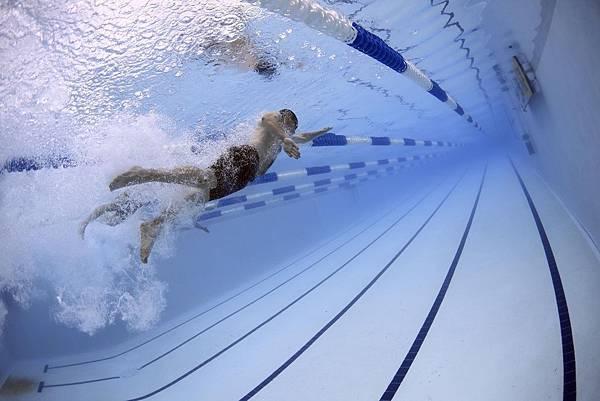 圖說:身障青年在成年後,較少有機會去到游泳池。環境上的障礙、旁人眼光所造成的無形壓力、經濟方面的阻礙等等,都是讓他們極少參與多元活動的原因。
