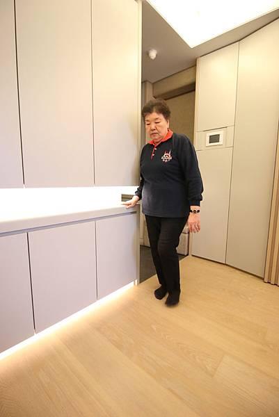 (圖說:長輩不良於行時,扶著櫃體的凹槽設計作支撐,踏出的腳步穩健,居家可以避免跌倒。)
