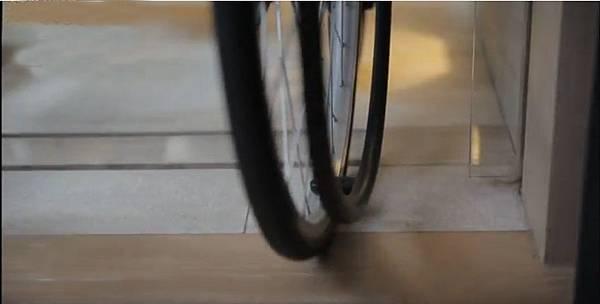 (圖說:空間與空間的地面零落差,坐輪椅的長輩才能自由移行和進出。)