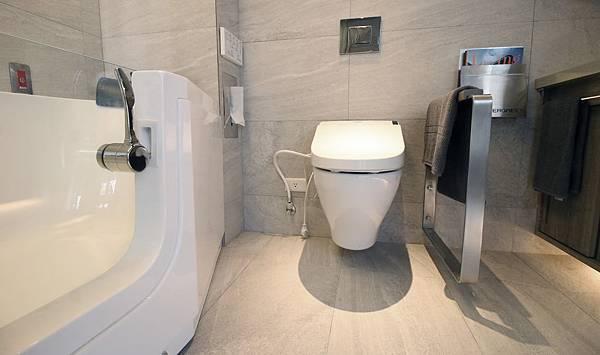 (圖說:浴室採用防滑地磚、走入式浴缸、盥洗台櫃體內縮、裝設求救鈴等設計,守護長輩的居家安全。)