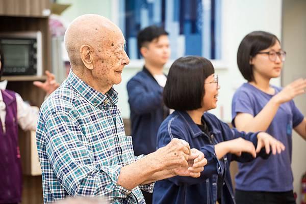 圖說:年輕人透過與長輩共融,進一步了解他們的需要。