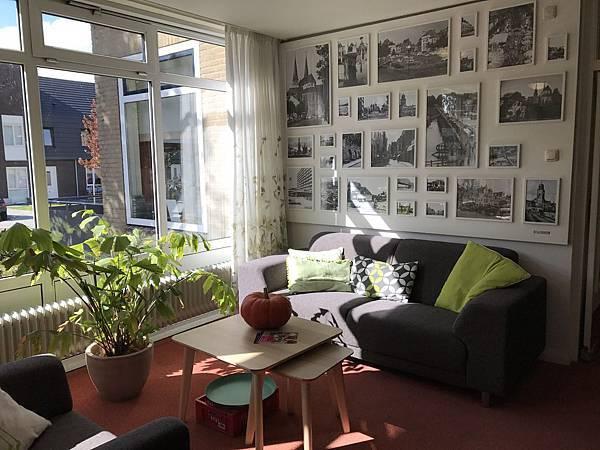 圖說:透窗的光線設計,讓老人公寓的住戶們心情跟著開朗起來。