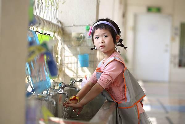(圖說:小琦是一個剛滿4歲,在認知語言和聽力都有障礙的孩子。)