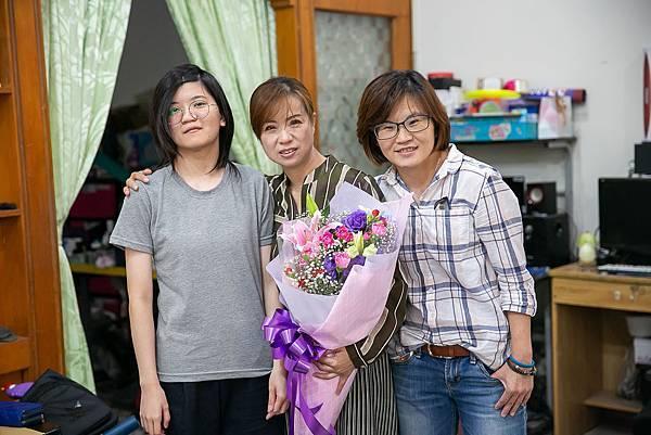 (圖說:張智于(圖右)為了今天的會面,準備了美麗的花束送給盧媽媽(圖中)。)