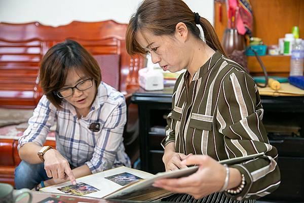 (圖說:睽違17年未見的盧媽媽(圖右)與張智于(圖左)翻看冠璇小時候的相本話當年。)