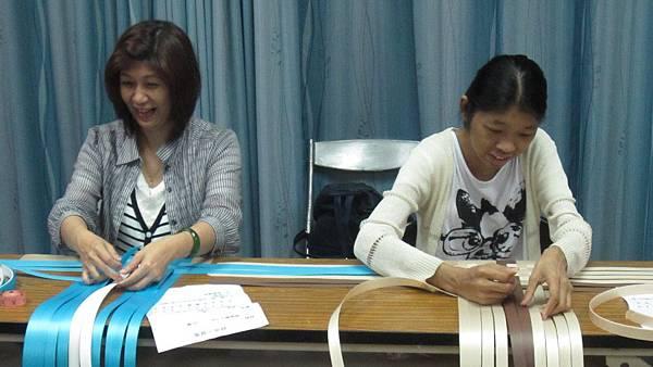 與職訓進修班學員一起編織作品