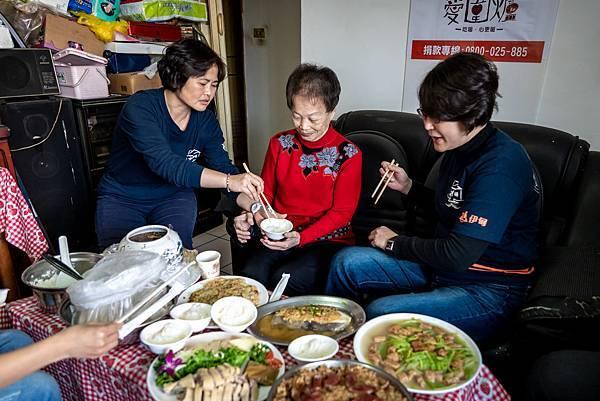 (圖說:伊甸新北市居家式照顧服務機構的同仁們陪清嬌阿嬤圍爐。)