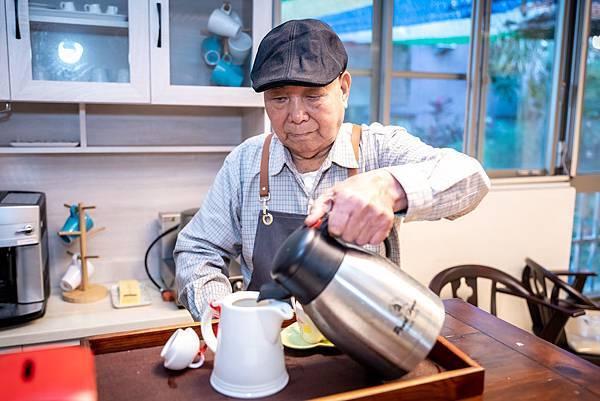 (圖說:阿順阿公正專心地調製著咖啡。)