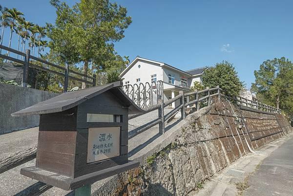 5圖說:震後全倒戶重建劃一樣式的斜屋頂與特色信箱