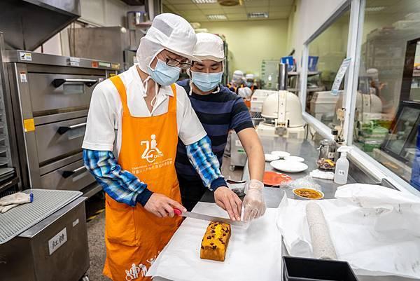 (圖說:技輔員教導小田(圖左)將蛋糕切片。)