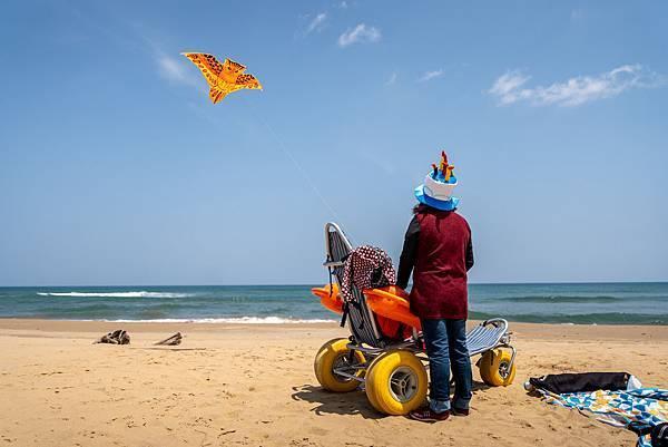 (圖說:小娟母女倆在福隆海邊一起放風箏。)