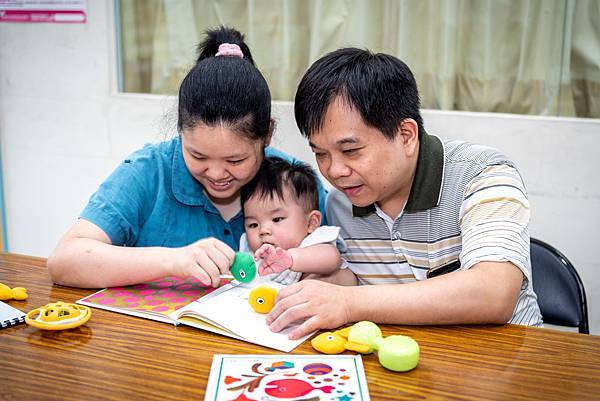 (圖說:伊甸愛明發展中心舉辦「非說Book送子鳥學堂」,鼓勵視障父母跟孩子親子共讀。)