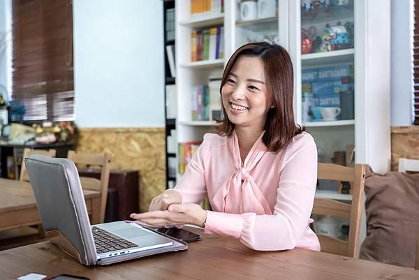 (圖說:伊甸志工朱愛琪與我們分享她成為手語翻譯員的心路歷程。)
