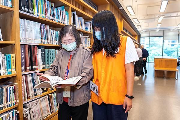圖說:奶奶和同學在書架間翻閱書籍。