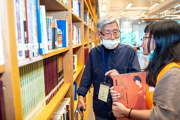 圖說:爺爺在書架旁與同學「說故事」。